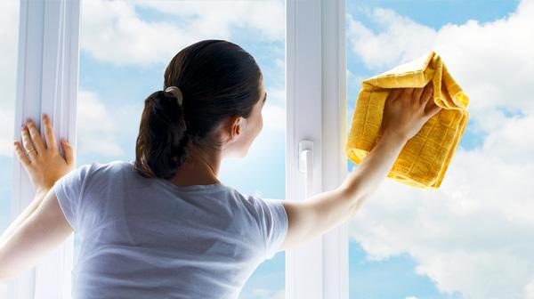 Mẹo tẩy sạch vết keo trên cửa kính