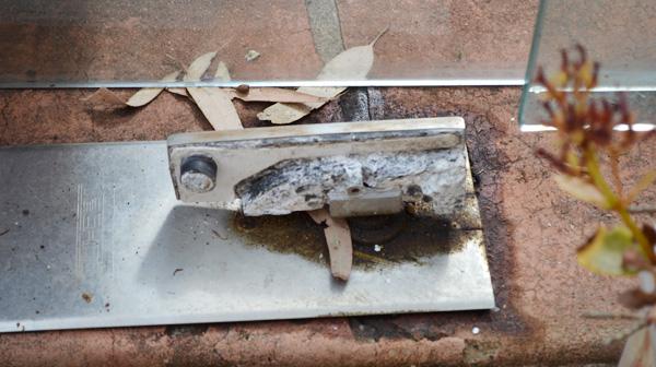 Cách khắc phục bản lề cửa kính chảy dầu
