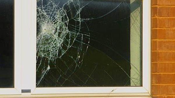 Những lưu ý khi xử lý cửa kính nứt vỡ