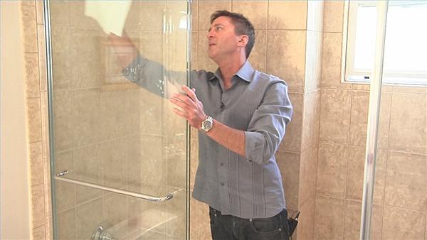 Hướng dẫn vệ sinh vách kính phòng tắm