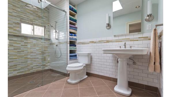 Những lưu ý khi dùng vách kính phòng tắm
